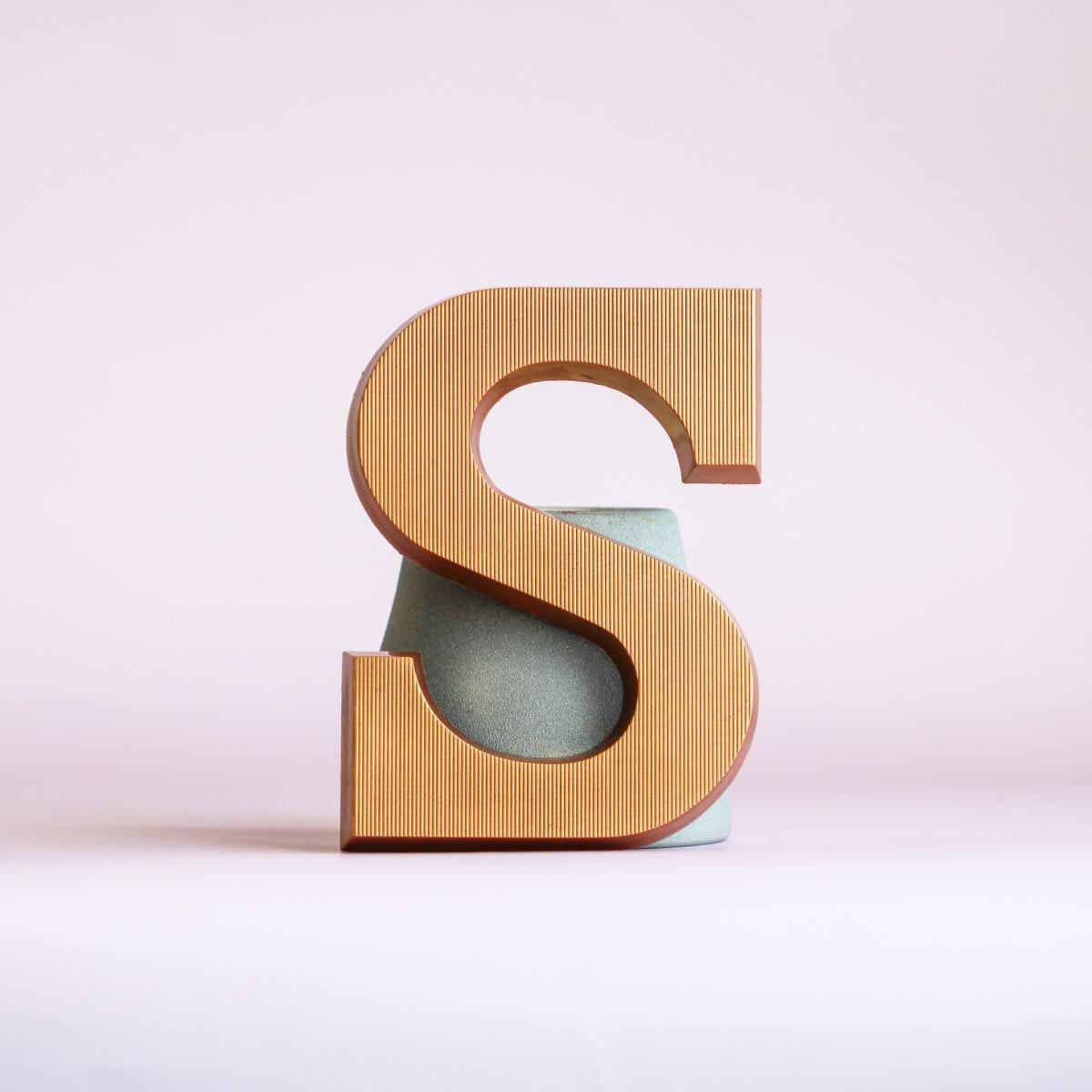 kleine letter s brons melk